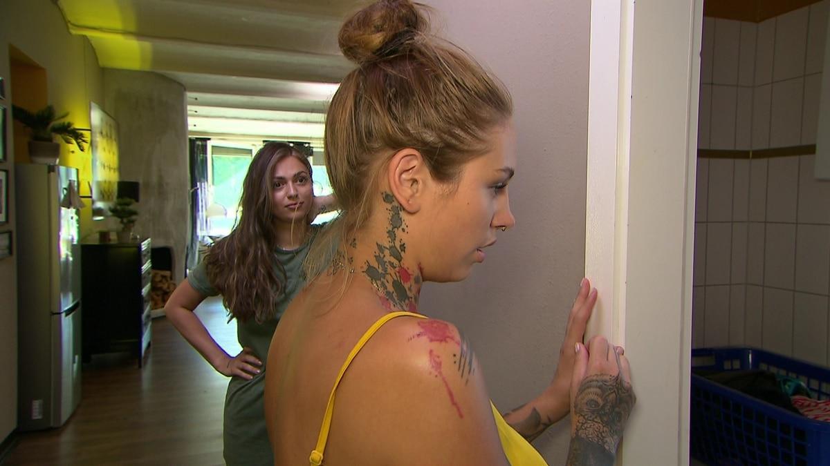 Milla sieht Eric nackt im Badezimmer (Video) - Berlin