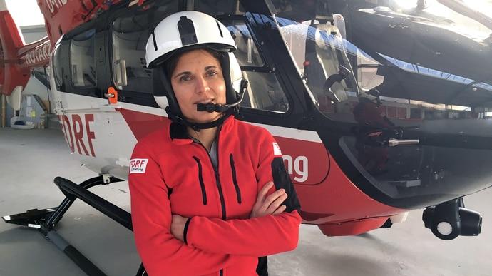 Britta fliegt in Schleswig-Holstein Rettungseinsätze mit dem Helikopter. Zu ihren anstrengenden Einsätzen, die nicht immer gut ausgehen, kommen lange Schichten und ein Camper als Raststätte.