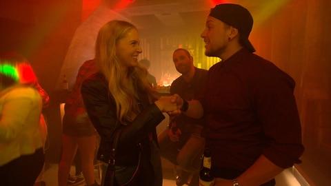 Kevin lernt die verrückt-coole Zoe kennen und verliebt sich sofort in sie. Doch das Glück ist erst einmal von kurzer Dauer. Denn Zoe verschwindet plötzlich und lässt nur ihren BH zurück. Kevin will sich auf die Suche nach ihr machen.