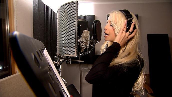 Die ehemalige Erotikqueen Mia Magma nimmt ihre erste Single auf, um am Ballermann erfolgreich in die neue Saison zu starten.