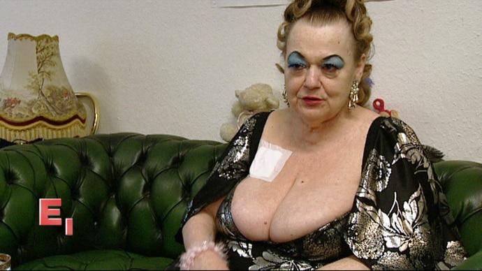"""""""Dicke Frauen sind die besseren Liebhaberinnen!"""" lautet Mollys selbstbewusstes Lebensmotto. Sie ist seit dreißig Jahren mit Leib und Seele Prostituierte, selbst ihre Krebserkrankung kann sie davon nicht abhalten. Gerade hat sie eine Chemotherapie hinter sich gebracht und kümmert sich trotzdem unermüdlich um ihr Bordell, die Huren und Freier."""