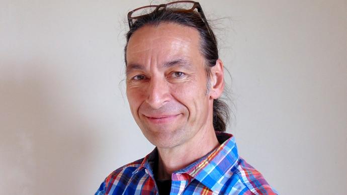 Tatkräftige Unterstützung für das Bauteam: Der Architekt John Kosmalla