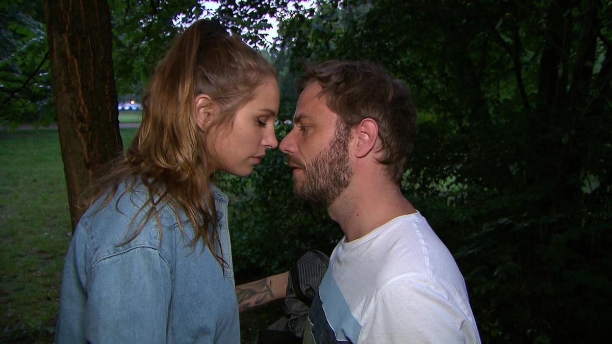 Milla und Eric küssen sich fast (Video) - Berlin - Tag