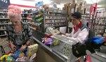 Vicky ist im Supermarkt und kauft ein. Der ganze Einkaufswagen ist voller Snacks und S...