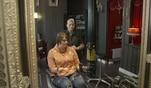 Denise macht blau. Bei Friseurmeisterin Machère ist die 32-Jährige genau...