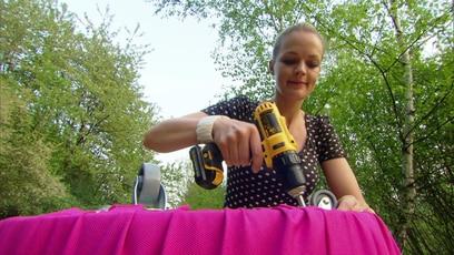 Evas Basteltipp: Rollendes Sitzkissen: Für das Zimmer von Jana bastelt Innenarchitektin Eva Brenner ein Sitzkissen mit Rollen,...