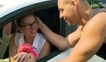 Marion hat eine Überraschung für Justin und schleppt ihn mit zu ihrem Auto....