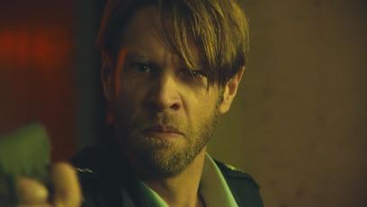 Großes Drama im Bunker: Manni richtet im Bunker seine Pistole auf Hanna und ihre Mutter. Er wird richtig...