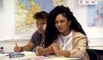 Während des Unterrichts lässt Maria dumme Sprüche gegen Kiara ab. Sie...