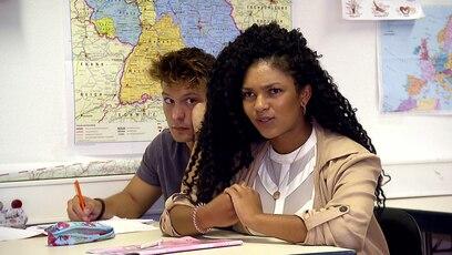 Krass Schule - Die jungen Lehrer: Maria macht Kiara fertig