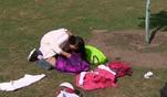 Lucy und Kimi gehen ihrer Idee nach, Socken auf dem Fußballplatz zu klauen. W...