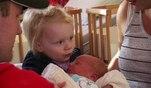 Nadjas kleine Tochter darf wenige Tage nach der Gbeurt ihr neues Geschwisterchen kennen...