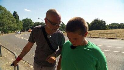 Pfandflaschen sammeln für den Urlaub: Udo und sein Sohn Miguel sammeln am Rande eines Festivals Pfandflaschen. Sie wollen ihr...