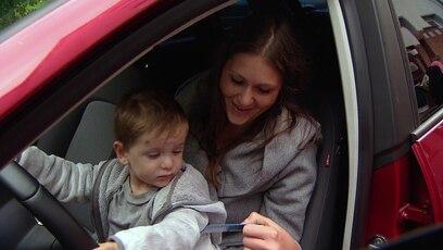Jenny und Joel sind endlich wieder mobil (Folge 92): Lina hat es geschafft. Sie kann Jenny und Joel ein neues Auto übergeben.