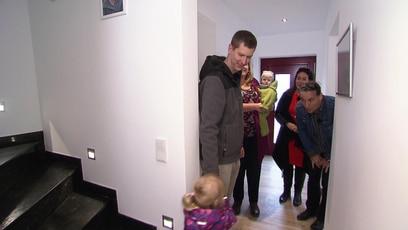 Ende gut, alles gut?: Das Haus ist endlich bezugsfähig. Familie Maciej ist sichtlich erleichtert und gespannt...