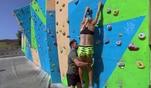 Julia und Coach Mario sind heute klettern, um sich weiterhin fit zu halten. Als Julia...