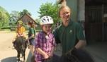 An ihrem Geburtstag macht Leslie einen schönen Ausflug zum Ponyhof. Die Sechsj...