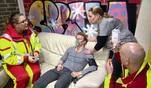 Leonard hat nach einer Gesichtsmaske von Stefanie keine Luft mehr bekommen. Er hat...