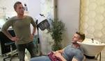 Moritz ist in der Schnitte und erzählt Rick von seiner Verkupplungsaktion für...