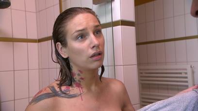 Leon kriegt einen Ständer: Als Leon am Morgen ins Bad geht, trifft er auf die nackte Milla, die gerade nichts...