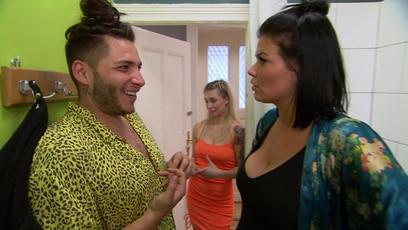 Mandy ist zu dick fürs Rasieren: Mandy will ihren Freund verführen und gesellt sich zu Basti ins Badezimmer. Doch der...