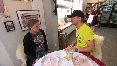 """Dana hat einen Flashback: Nach dem Mittagessen in der """"Bunten Tüte"""" wollen Kevin und Dana noch einen Muffin..."""