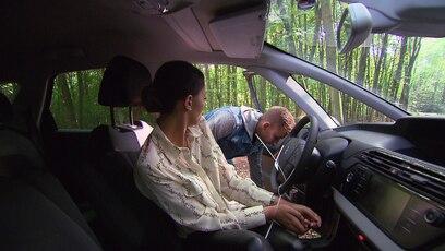Lea wird gefesselt: Weil Lea versucht hat, bei der Polizei anzurufen, fesselt Sebastian sie während seines...