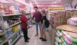 Dietrich ist Kim auf der Spur. Er lauert ihr in einem Supermarkt auf. Dabei erwischt er...
