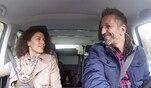 Mit Unterstützung von Mauro Corradino hilft Petra Nérette einer jungen Frau...