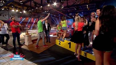 """Die Siegerehrung beim Promi-Kegeln: Nun stehen die Sieger fest: Der Kegel-Pokal von """"Der große RTL II-Promi-Kegelabend""""..."""