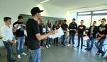 Rafael Szulc aka Spax lernt den Kids der Geschwister-Scholl-Realschule in Hannover wie...