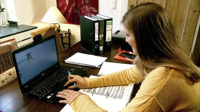 Heimunterricht 2.0 - Die Webschule: Katja hat es auf ihrer alten Schule einfach nicht mehr ausgehalten. Sie wurde von ihren...
