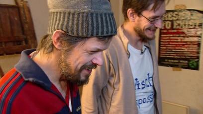 Endlich sauber - Was für ein Unterschied!: Jimmy und Alex haben es mit Martinas Unterstützung geschafft, ihre Rumnpelbude in eine...