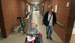 Begleitet von ihrer Oma fährt Juli mit ihrem Rollstuhl in die Schule. Die...