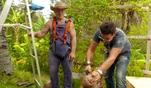 Chris versucht sich am knacken einer Kokosnuss. Da wird Gastgeber Konny schon mal...