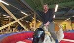 Silvia Wollny hat ihre Wette verloren und muss sich dem mechanischen Bullen beim Bull...