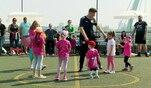 """Das große Spiel im """"Teenie-Mütter""""-Fußball-Cup beginnt und..."""