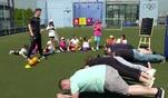 Für die Halbzeitpause hat Schiedsrichter Raoul ein Sportprogramm für die...