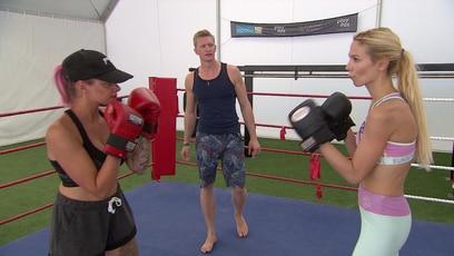 Zwei Zicken im Boxring: Kein Kratzen, kein Beißen, kein Tiefschlag: Leonie und Elena liefern sich einen Boxkampf.
